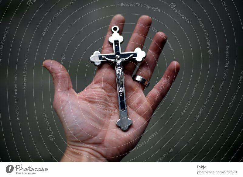 Symbol Lifestyle Hand Handfläche Metall Zeichen Kreuz Christliches Kreuz Jesus Christus Kruzifix Gefühle Vertrauen loyal Güte Opferbereitschaft Selbstlosigkeit