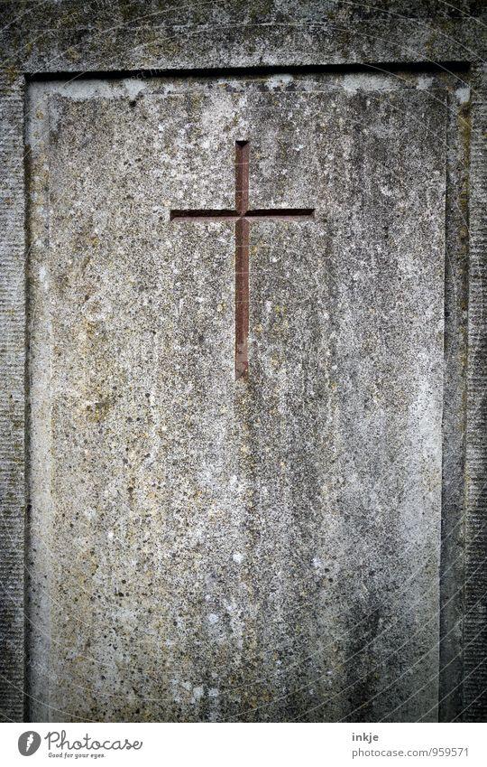 in Stein gemeißelt Bildhauer Grabstein Zeichen Kreuz Christliches Kreuz eckig einfach braun grau Traurigkeit Trauer Tod Religion & Glaube Ecke verwittert