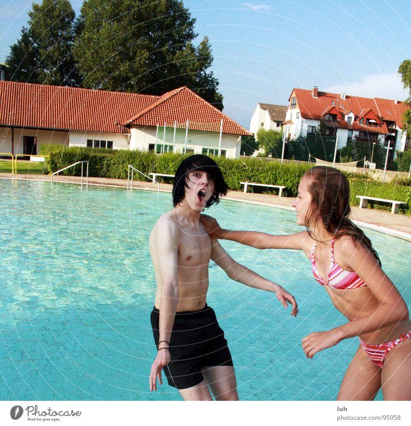 Und ab dafuer. Jugendliche Wasser Mädchen blau Sommer Freude Junge lustig Schwimmbad Kind frech Grimasse Schrecken Gelächter Schock