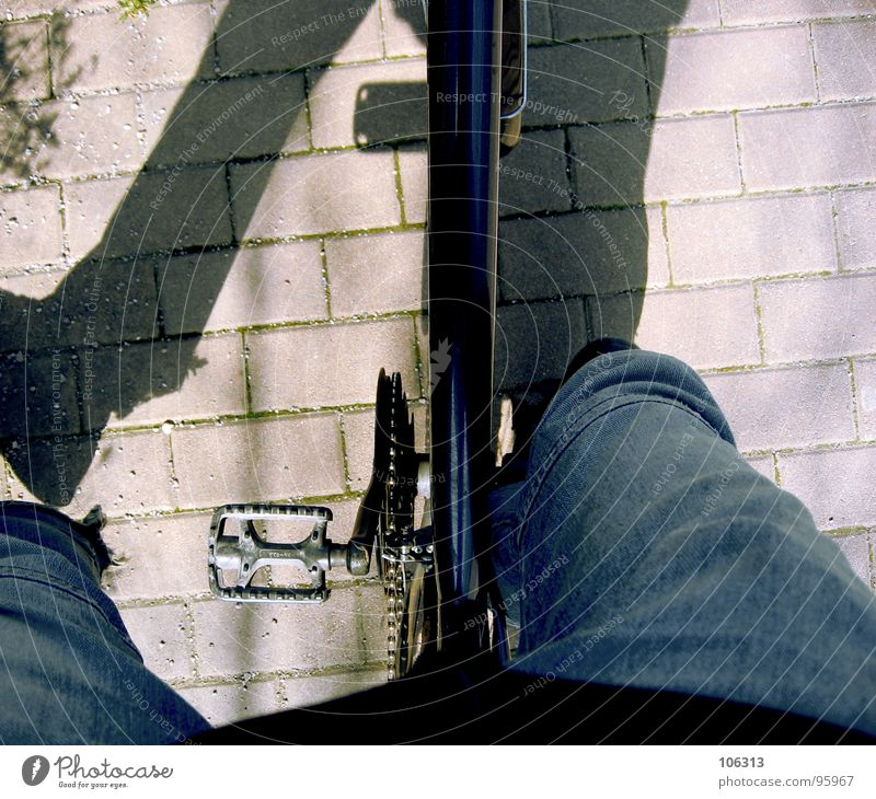 [SOZIALER] ABSTIEG Abstieg fahren Fahrradfahren Pedal Bürgersteig Spielen Funsport Typ abgestiegen sozialer abstieg Schatten vehicle ride warten düsen