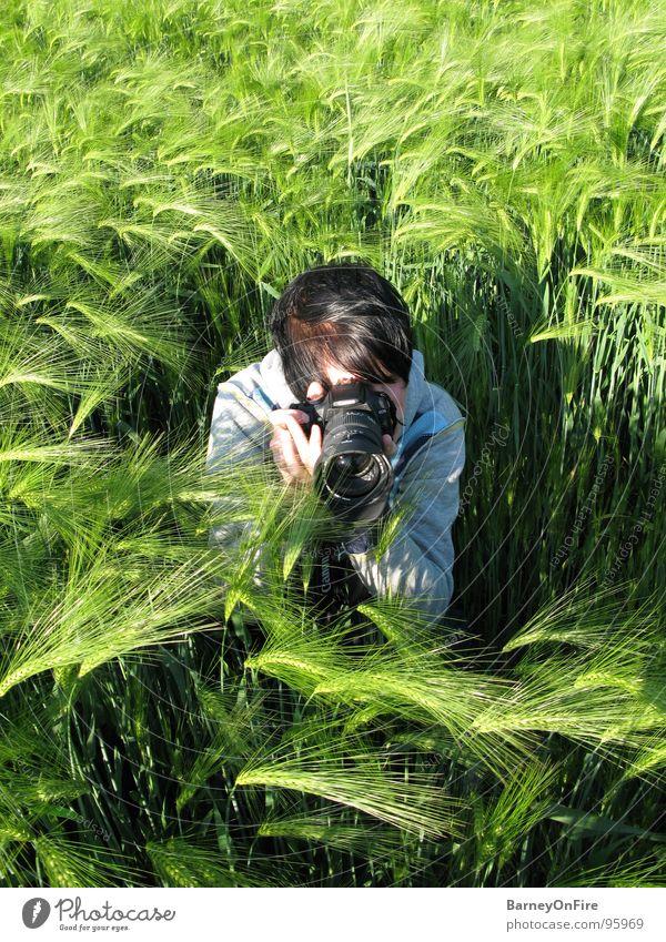 Fields of Green Mensch Mann Natur grün Sommer Haare & Frisuren Feld dreckig sitzen beobachten Fotokamera Fotografieren hocken Gerste Getreide