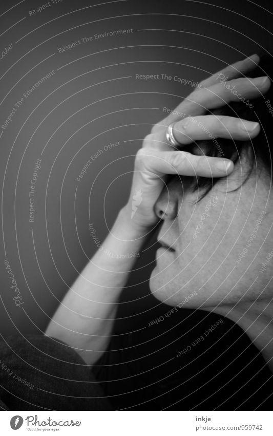 ... Mensch Frau Hand Erwachsene Gesicht Leben Traurigkeit Gefühle Stimmung Lifestyle authentisch Trauer Ring Verzweiflung Sorge Scham