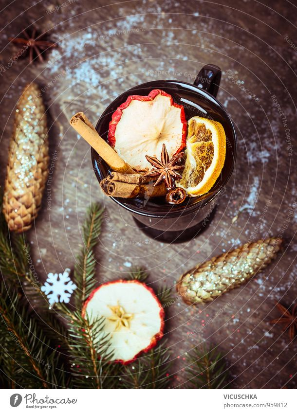 Glühwein auf Holztisch mit Weihnachtsdeko und Tannenzweig Lebensmittel Frucht Ernährung Bioprodukte Getränk Heißgetränk Tee Alkohol Wein Tasse Winter Schnee
