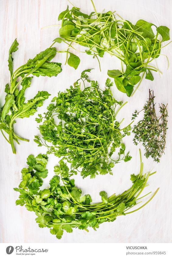 Frische Grüne Kräuter on weißem Holztisch Lebensmittel Gemüse Salat Salatbeilage Kräuter & Gewürze Ernährung Bioprodukte Vegetarische Ernährung Diät Stil Design