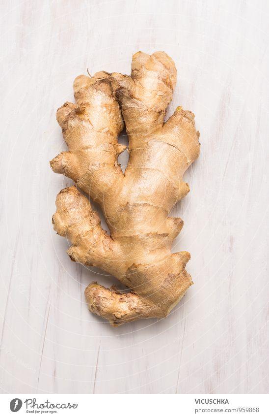 rohe Ingwerwurzel auf weißem Holzuntergrund Lebensmittel Gemüse Kräuter & Gewürze Ernährung Bioprodukte Vegetarische Ernährung Diät Lifestyle Gesunde Ernährung