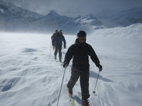 Skitour über das Eis Natur weiß Freude Winter Ferne Sport kalt Schnee Erholung Freiheit Glück Wind hoch Elektrizität Skifahren