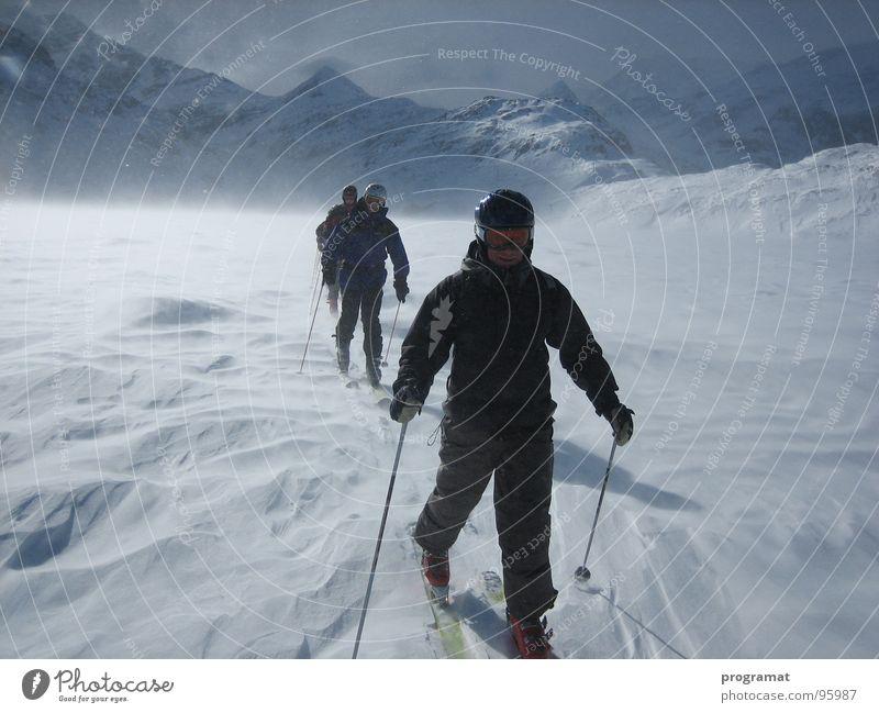 Skitour über das Eis Winter Skifahrer Skifahren Wintersport Eisfläche Schneesturm Schneewehe Hohen Tauern NP weiß gefährlich kalt hart Wind Österreich
