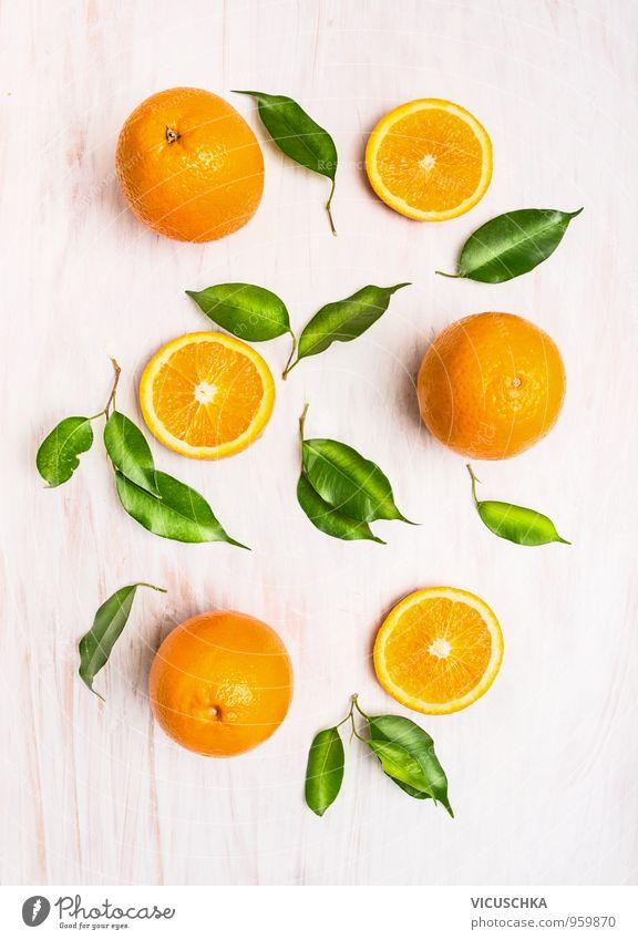 Orangen Früchte mit grünen Blättern auf weißem Holzuntergrund Lebensmittel Frucht Ernährung Bioprodukte Vegetarische Ernährung Diät Saft Gesunde Ernährung