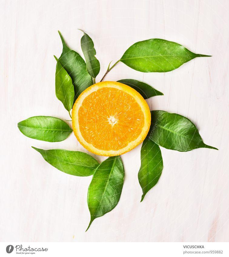 Orange Läppchen mit grünen Blättern auf weißen Holztisch Natur Blatt gelb Lebensmittel Lifestyle orange Freizeit & Hobby Frucht Design frisch Ernährung Tisch