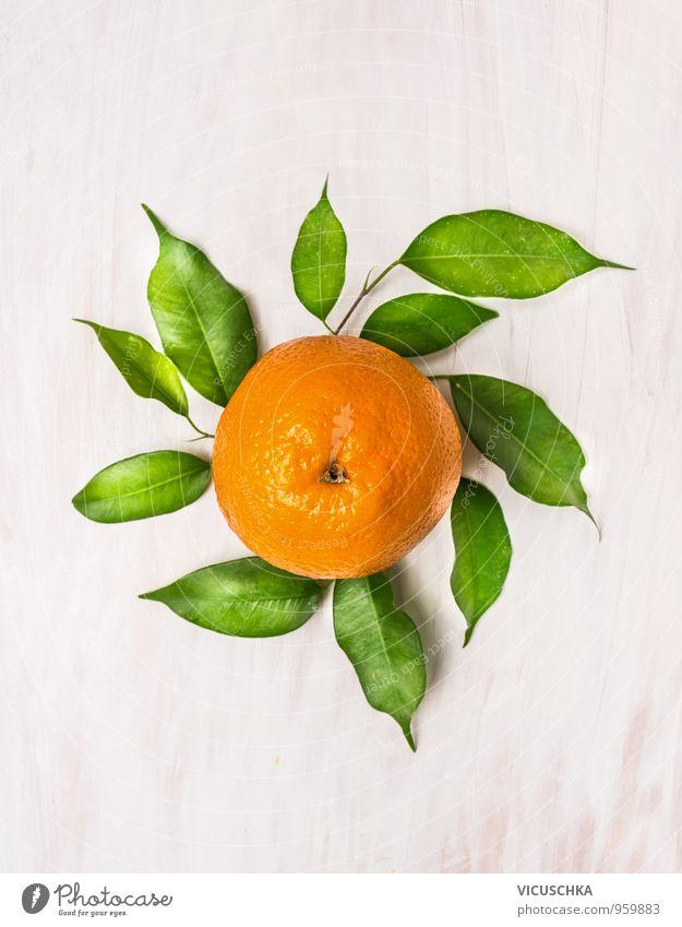Orange Frücht mit grünen Blättern auf weißem Holz Lebensmittel Frucht Ernährung Bioprodukte Vegetarische Ernährung Diät Saft Stil Design Gesunde Ernährung