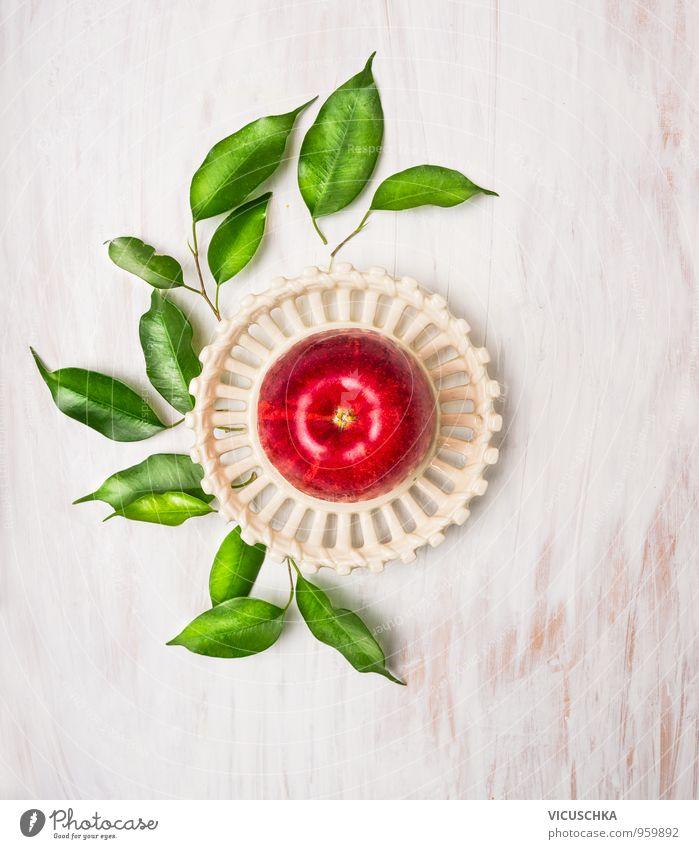 Roter Apfel mit Blättern in einem süßen Schüssel weiß rot Blatt Gesunde Ernährung Farbstoff Holz Gesundheit Lebensmittel Lifestyle Freizeit & Hobby Frucht