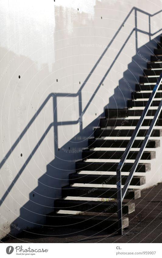 treppe Mauer Wand Treppe Wege & Pfade Treppengeländer aufwärts abwärts Abwärtsentwicklung Beginn Ziel Farbfoto Gedeckte Farben Außenaufnahme Menschenleer