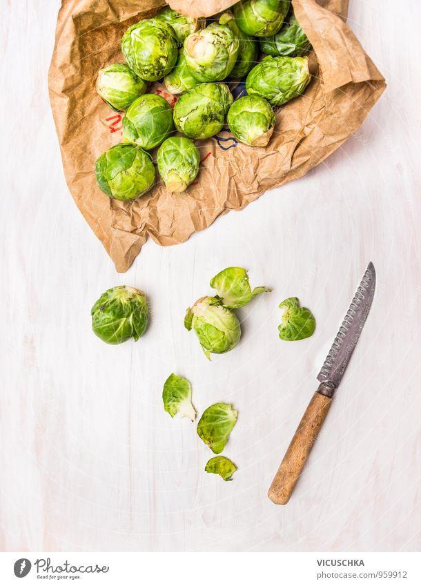Rosenkohl zubereiten auf weißem Holztisch Lebensmittel Gemüse Ernährung Mittagessen Abendessen Bioprodukte Vegetarische Ernährung Diät Messer Stil Design