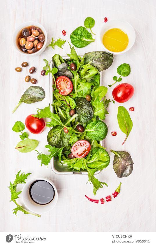 Wildkräutersalat mit Tomaten, Oliven, Essig und Öl grün weiß rot Gesunde Ernährung gelb Leben Stil Gesundheit Garten Lebensmittel Wohnung Freizeit & Hobby Design frisch Ernährung einfach