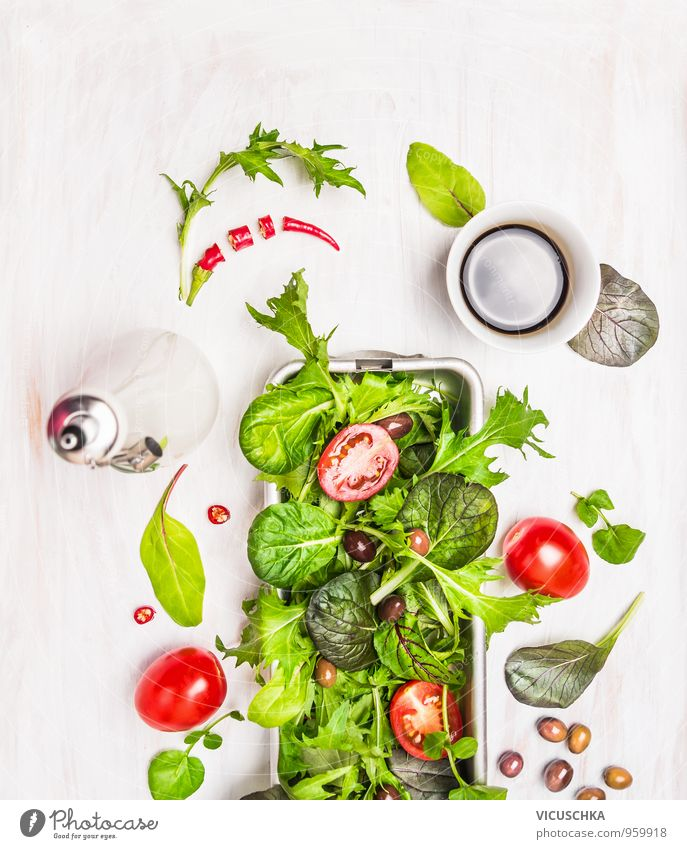 Grün-Mix-Salat mit Tomaten, Öl und Balsamico-Essig grün Sommer Blatt Gesunde Ernährung Hintergrundbild Lebensmittel springen Lifestyle wild Design frisch Ernährung Kräuter & Gewürze Gemüse Bioprodukte Schalen & Schüsseln