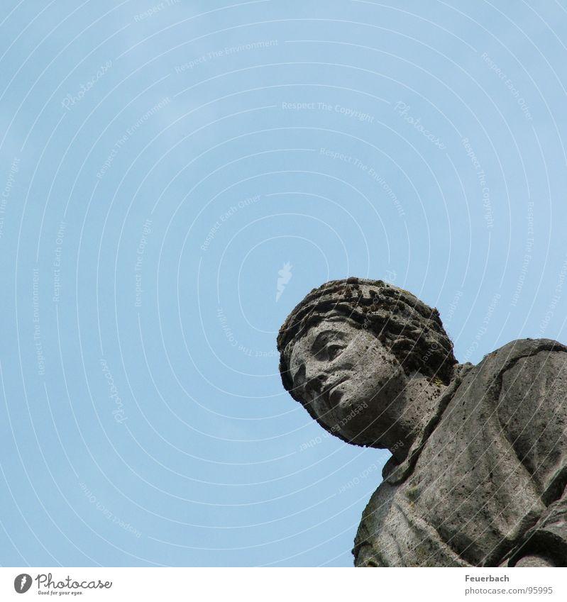 Frau Schräg von Unten Farbfoto Außenaufnahme Detailaufnahme Froschperspektive Erwachsene Kunst Skulptur Himmel Denkmal Stein alt stehen historisch blau grau
