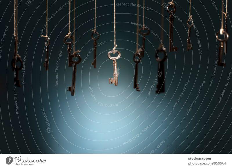 Der Schlüssel alt erhängen Schnur Wahl wählen Auswahl mehrere viele welches Objektfotografie Menschenleer einzigartig alternativ Entwurf Konzepte & Themen