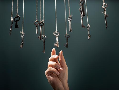 Die richtige Taste ausgewählt Wahl wählen auserwählend Schlüssel erhängen Hand bevorzugen Präferenz Finger alternativ Abwechselnd Konzepte & Themen Entwurf