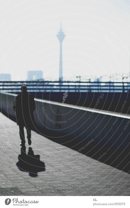 am rhein Mensch Himmel Mann blau Stadt Erwachsene Wand Leben Wege & Pfade Mauer grau gehen maskulin Business Verkehr Zukunft