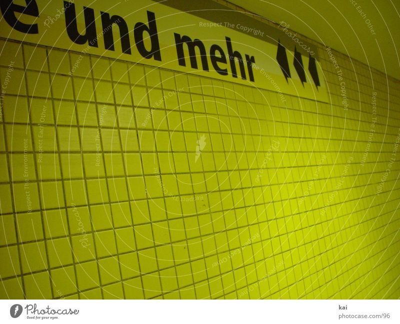 wasmehr Architektur Schilder & Markierungen Schriftzeichen Fliesen u. Kacheln Tunnel U-Bahn Hinweisschild Flur U-Bahnstation U-Bahntunnel