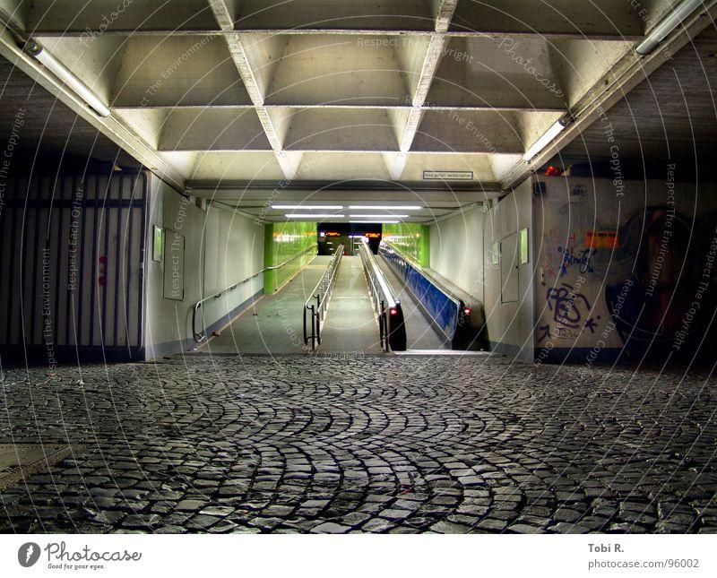 Ausweg bei Nacht Stadt alt blau grün Einsamkeit ruhig kalt Graffiti Linie Treppe Angst dreckig Wildtier trist kaputt Bodenbelag