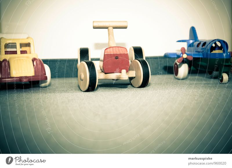 kita holz spielzeug Kind Freude Bewegung Gefühle natürlich Stil Spielen Glück Wohnung Freizeit & Hobby Häusliches Leben elegant Zufriedenheit Flugzeug berühren retro