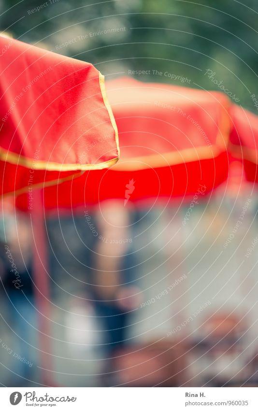 Flanieren Mensch Mann Erwachsene gehen Spaziergang Café Sonnenschirm