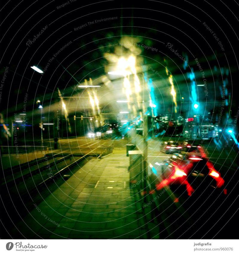 Heimweg Stadt Stadtzentrum bevölkert Verkehr Verkehrsmittel Verkehrswege Personenverkehr Autofahren Bahnfahren Straße Straßenkreuzung Ampel Gleise leuchten