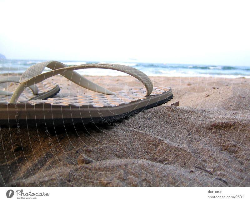 zehentrenner Flipflops Strand Meer Ferien & Urlaub & Reisen Gefühle Erholung Bekleidung Freude Sand Sonne Wasser