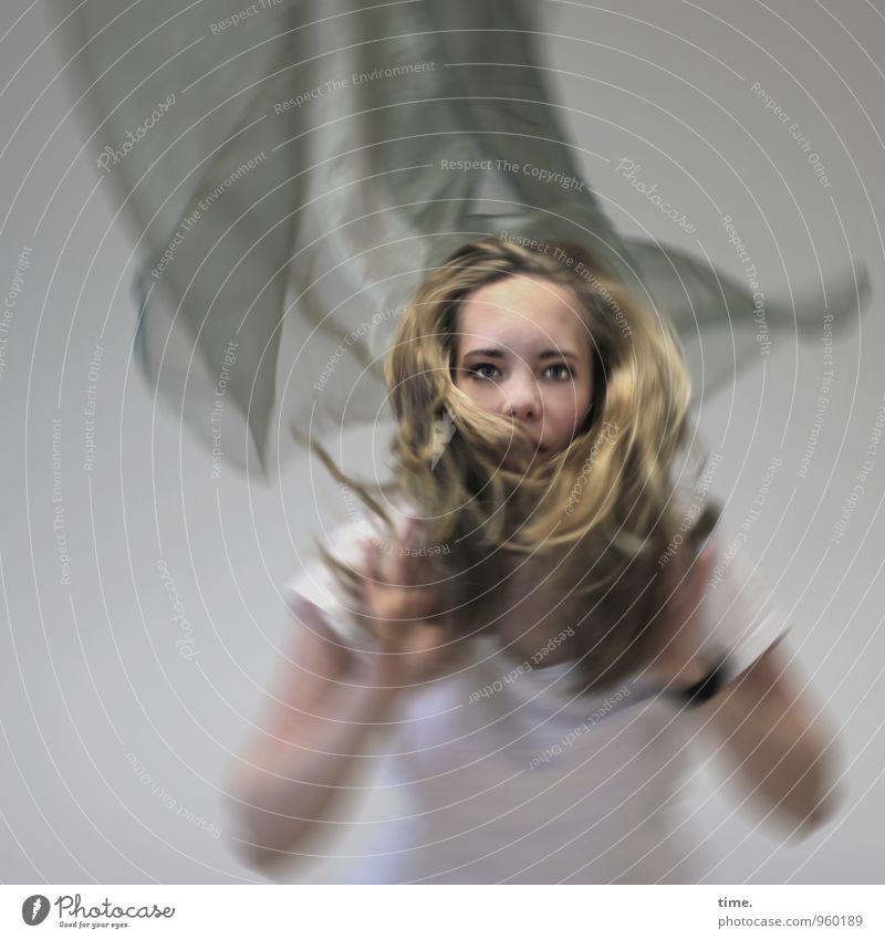 . Mensch Jugendliche Junge Frau feminin Sport blond beobachten festhalten T-Shirt Stoff Konzentration langhaarig Leichtigkeit werfen