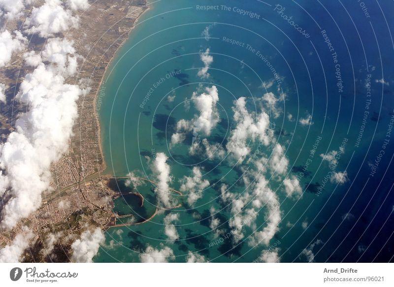 Küste von Sizilien Vogelperspektive Luftaufnahme Wolken Meer Aussicht Horizont schön lang Ferne Stadt Strand Italien Wasser blau fliegen Sonne Landschaft breit