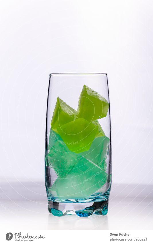 Eis im Glas Longdrink Cocktail kalt gelb grün eis Eiswürfel gefroren limette Minze mehrfarbig Nahaufnahme
