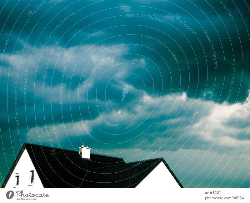 wolkenbruch Wolken Haus Gebäude Dach Fenster Sicherheit gefährlich Himmel Gewitter Regen Schornstein