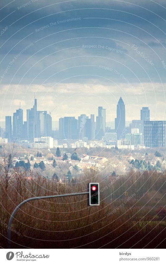 Skyline von Frankfurt am Main, vor den Toren der Stadt, rote Ampel, Symbolbild Börse Geldinstitut Gewitterwolken Herbst schlechtes Wetter Hochhaus Bankgebäude