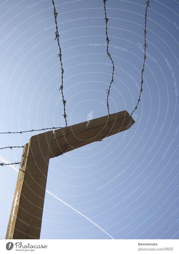 Ausnahmezustand Stacheldraht Barrikade Zaun Barriere gefangen historisch Lager Himmel