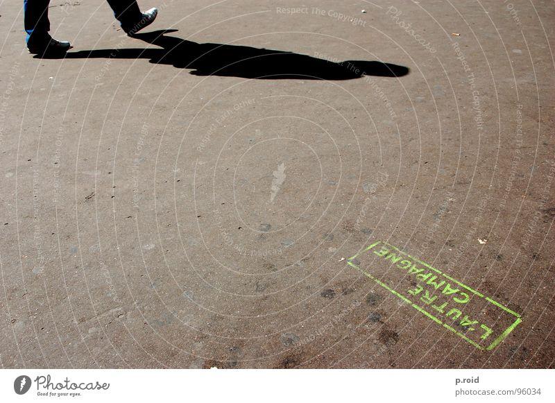 l'autre campagne Stadt Sommer Sonne kalt Straße Graffiti Beine Fuß hell Schuhe Schönes Wetter Fußweg Bürgersteig Klarheit Asphalt heiß
