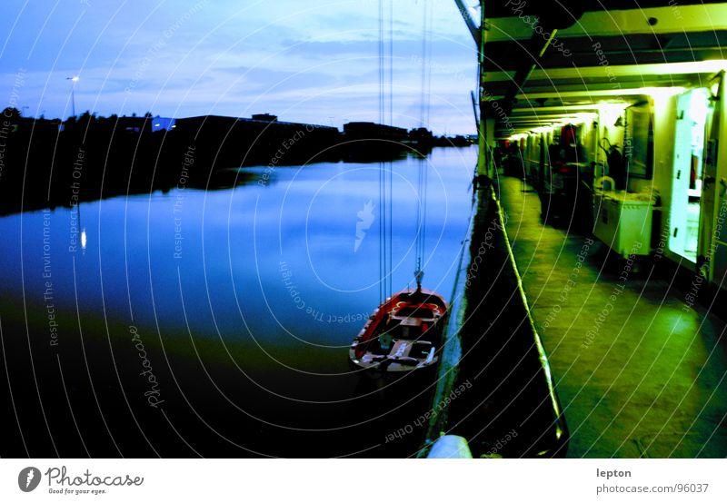 lebensretter Dämmerung Abenddämmerung Stimmung Beiboot Wasserfahrzeug Reling grün Schifffahrt Parkdeck blau Kontrast