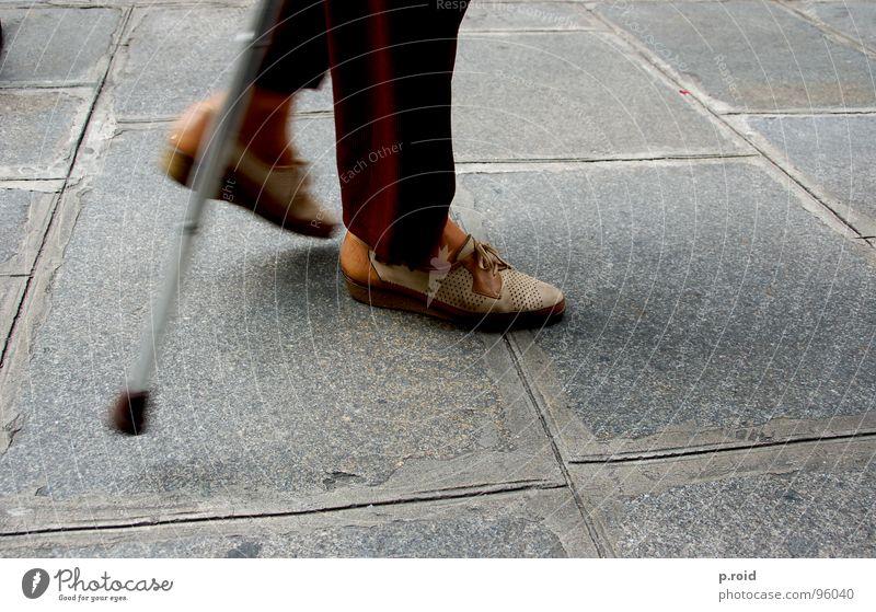 geht schon. Gehhilfe Schuhe langsam schleichend behutsam zeitlos Senior Verkehrswege Dame alphalt Straße bemüht slow ausdauernd kleine schritte Ruhestand