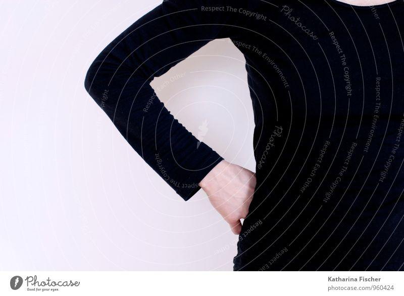 einseitig die 2. feminin androgyn Arme 1 Mensch T-Shirt stehen braun schwarz weiß Hand Langarmshirt verdeckt sichtbar geheimnsissvoll lässig Hüfte Wand Ausdruck