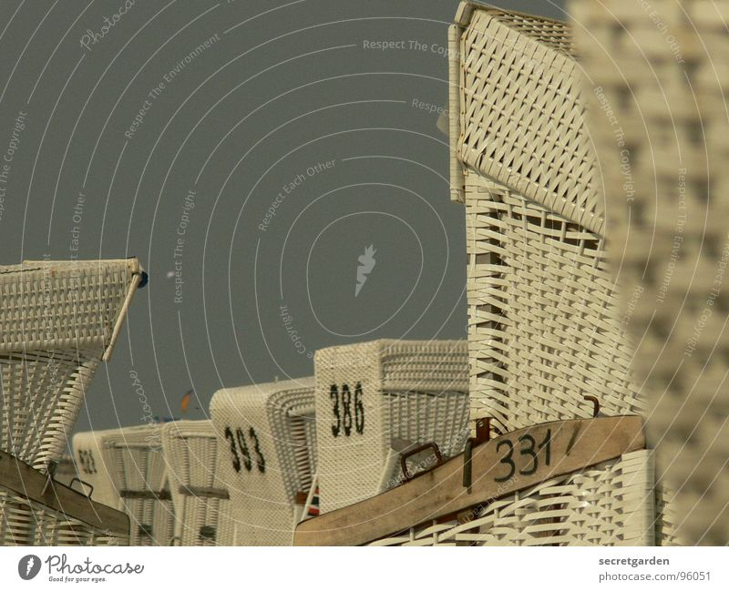 einen korb bekommen schön Himmel weiß blau Strand ruhig Einsamkeit Erholung Freiheit hell Küste Deutschland Perspektive Coolness Wellness mehrere