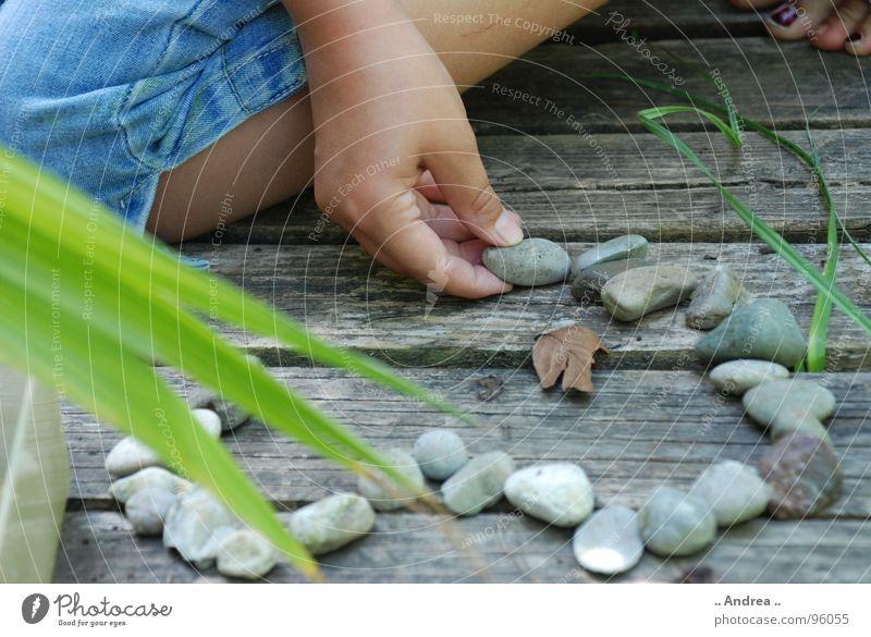 Herz aus Stein Mensch Kind Natur Jugendliche Sommer Junge Frau Erholung Hand ruhig Mädchen Liebe Spielen Holz Garten Beine