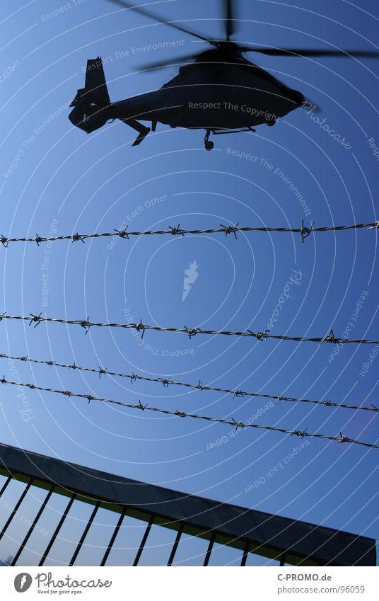 Move or die Himmel blau oben Angst Luftverkehr gefährlich bedrohlich Zaun Konflikt & Streit Kontrolle Krieg Panik Überwachung Rotor Israel Bundeswehr