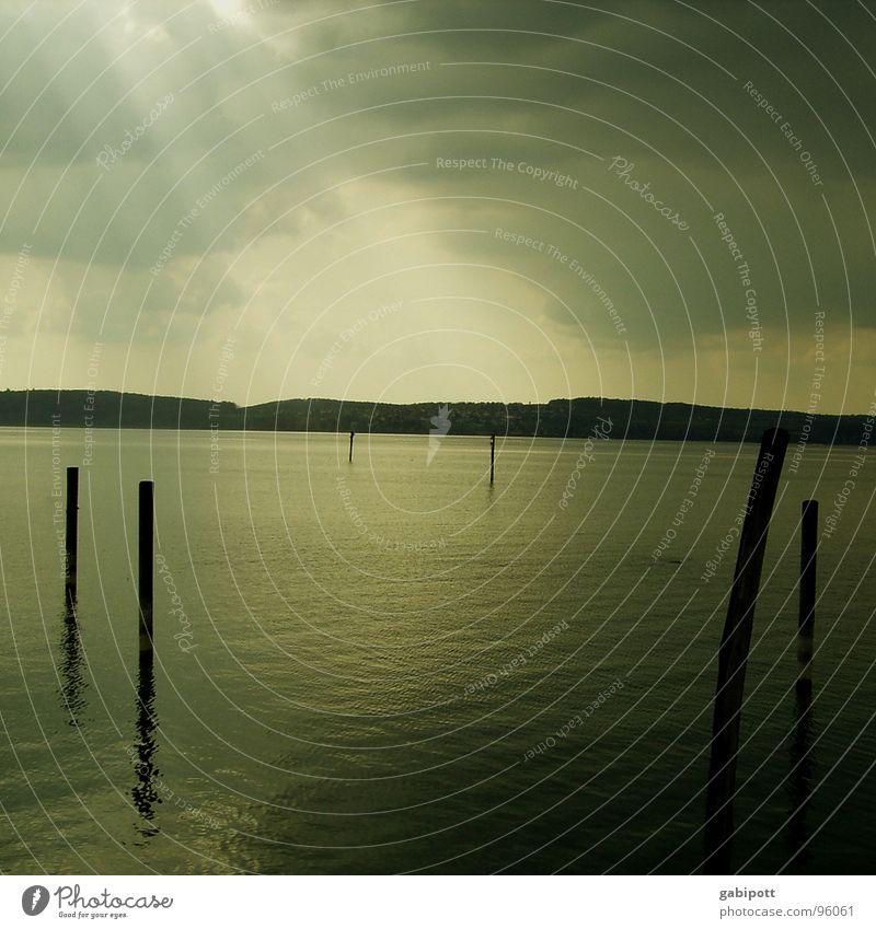 Die einsame Sprache der Pfäähle Himmel Wasser Ferien & Urlaub & Reisen Wolken Einsamkeit ruhig Ferne dunkel Landschaft Küste Traurigkeit See Stimmung Regen