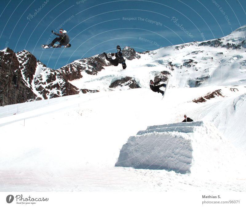 Springclassics I Freude Berge u. Gebirge Schnee Stil Sport fliegen Freundschaft springen Freizeit & Hobby Luft paarweise hoch Alpen Abheben Mut Reihe