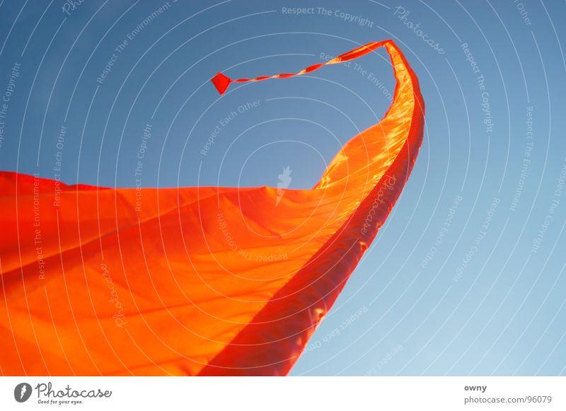 Spielball des Windes Fahne Erholung Tibet Gefühle Ferien & Urlaub & Reisen Windspiel Spielen Fahnenmast Ausstellung Messe Himmel tibetfahne orange blau