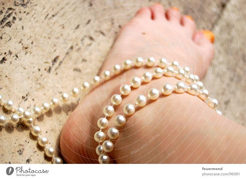 In Ketten (1) Frau Mensch Fuß Beine Haut Sicherheit Verbindung Perle edel Zehen Halskette Handschellen gebunden gefesselt Fußkette