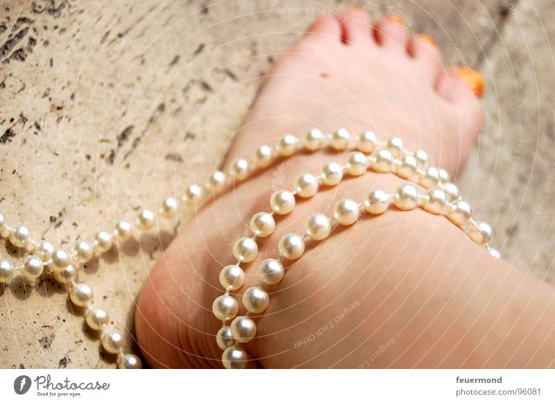 In Ketten (1) gefesselt Zehen gebunden Halskette Fußkette Sicherheit Frau Verbindung Perle Handschellen Fesselung Beine edel umbingen Mensch Haut Pearls foot