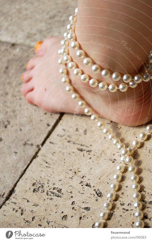In Ketten (2) gefesselt Zehen gebunden Halskette Fußkette Sicherheit Frau Verbindung Perle Handschellen Fesselung Beine edel umbingen Mensch Haut Pearls foot