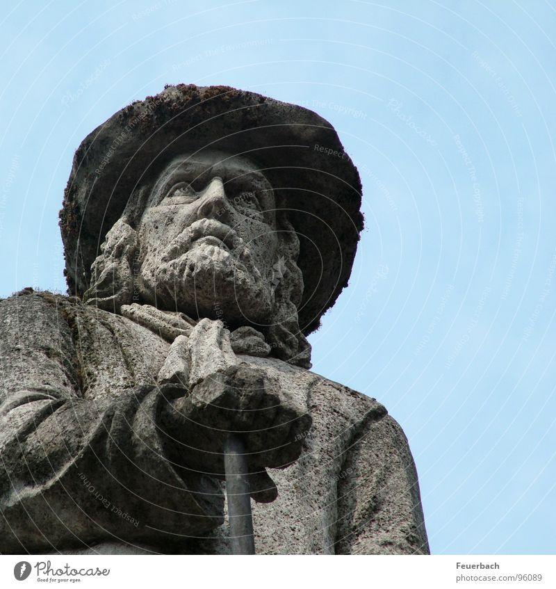 Herr Schräg von Unten Farbfoto Außenaufnahme Detailaufnahme Froschperspektive Mann Erwachsene Skulptur Himmel Denkmal Hut Stein blau grau Willensstärke Macht
