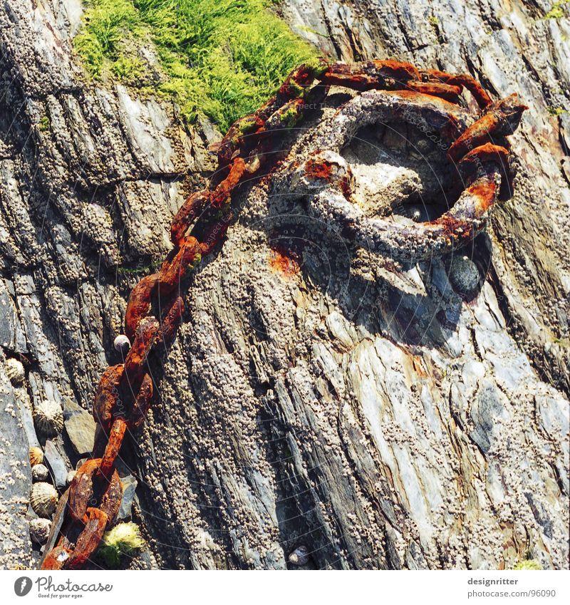 (H)alt schön alt Meer Stein See Felsen Vergänglichkeit fangen festhalten Rost Kette gefangen edel retten Atlantik
